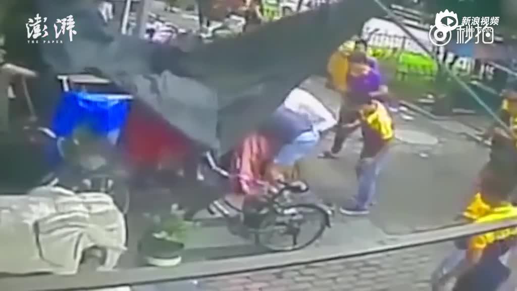 3岁男童坠楼 快递哥接住摔倒手脱臼