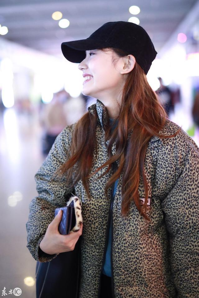 演员美女林允现身上海机场,时尚搭配 烟熏妆容从美少女秒变女神图片