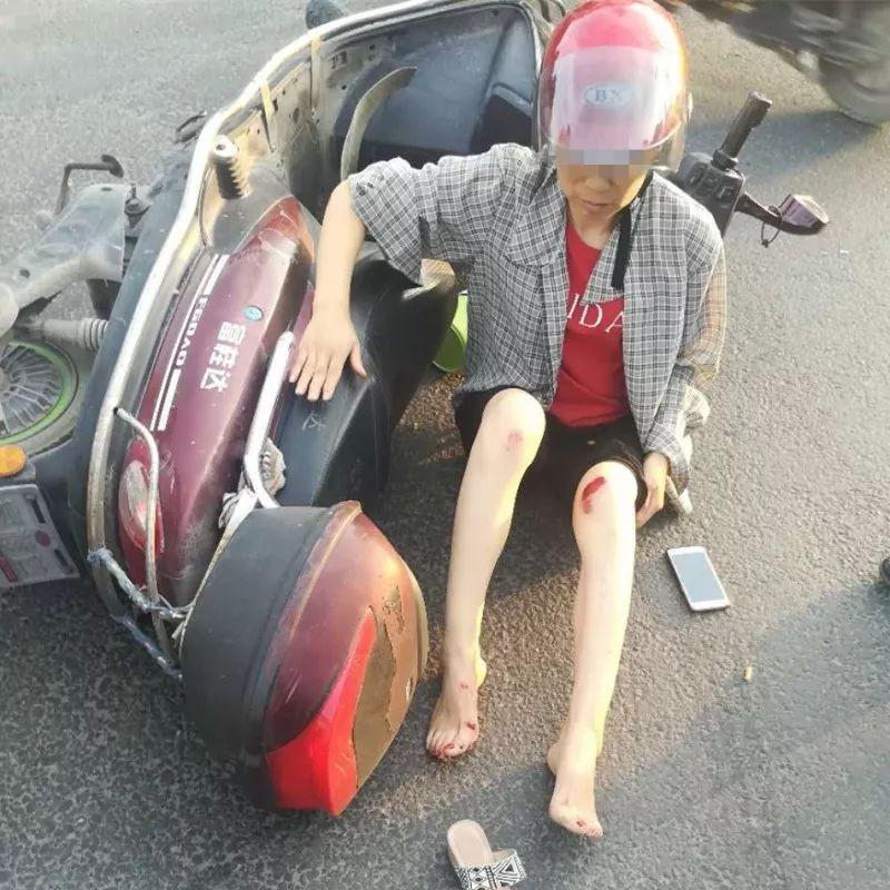 温州1电动车发生车祸 女子直呼:都是头盔救了我的命