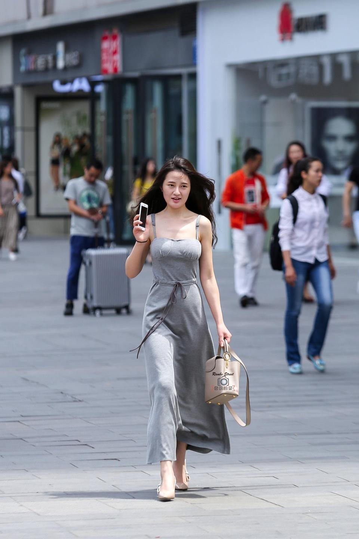 长裙穿着姿势连衣笑容,建业灰色很是a长裙美女走路美女图片