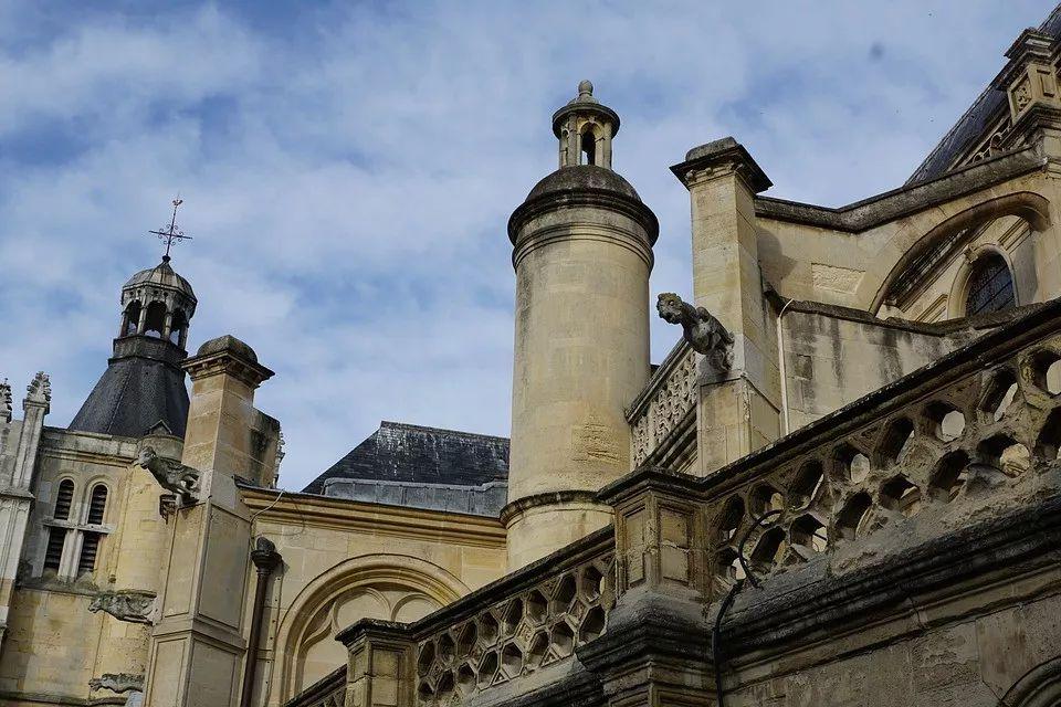 包庇属下性侵70名男童,法国红衣主教出庭受审