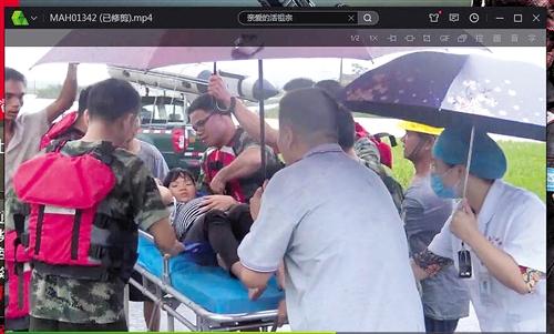 南宁马山县突降暴雨!消防蹚水过河转移被困孕妇