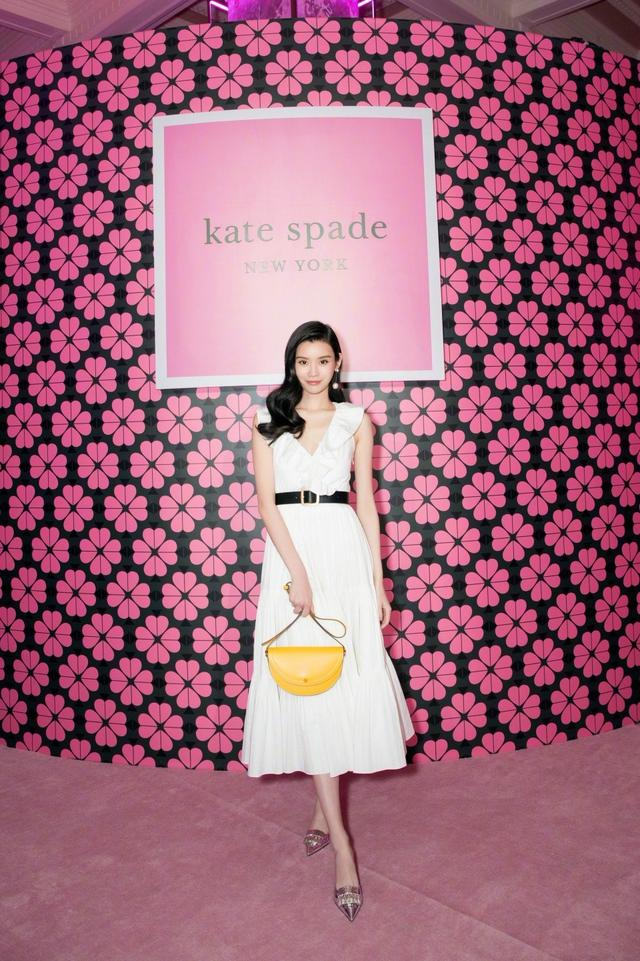 奚梦瑶为人低调衣品却很高调,白色礼服裙美的冒泡,被实力圈粉