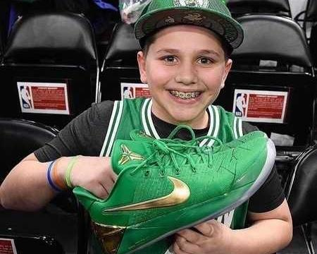 托马斯赛后送鞋给小球迷:希望对你来说它们也是特别的