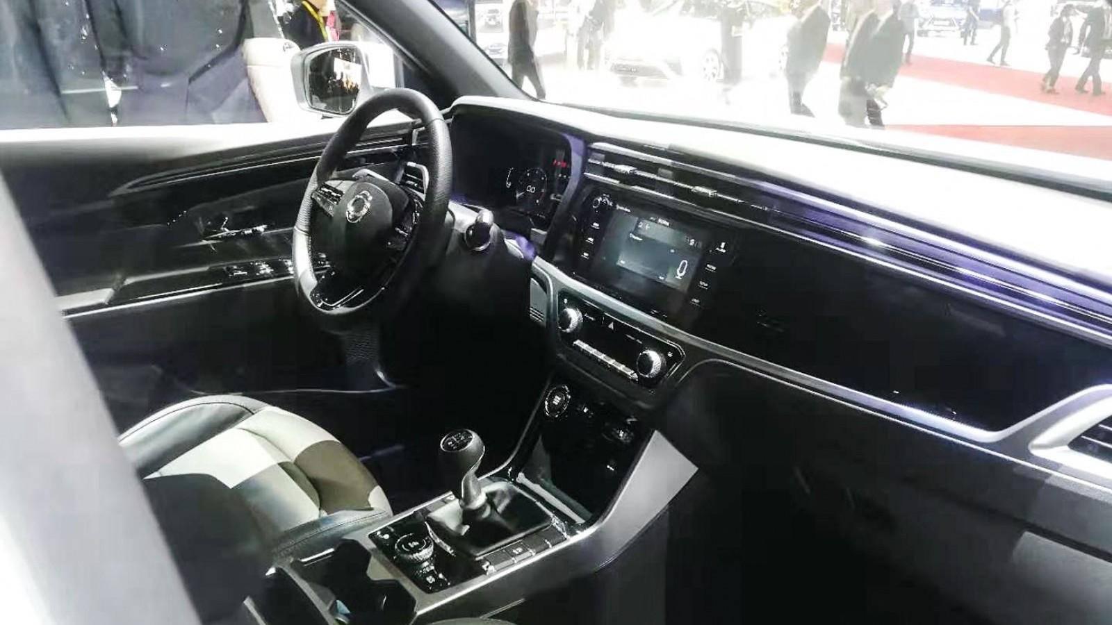 又一韩系车来搅局,能与C-HR凹造型,内舱却有大众帕萨特味道