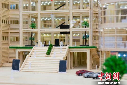 毕业生做图书馆模型赠母校 他们曾耗费半年用了3万根筷子