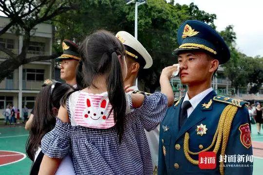 """香港市民为解放军擦汗却遭""""港独""""辱骂 网友怒了"""