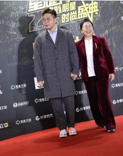 杜海涛与妈妈牵手走红毯 网友调侃:两人共用一张脸!