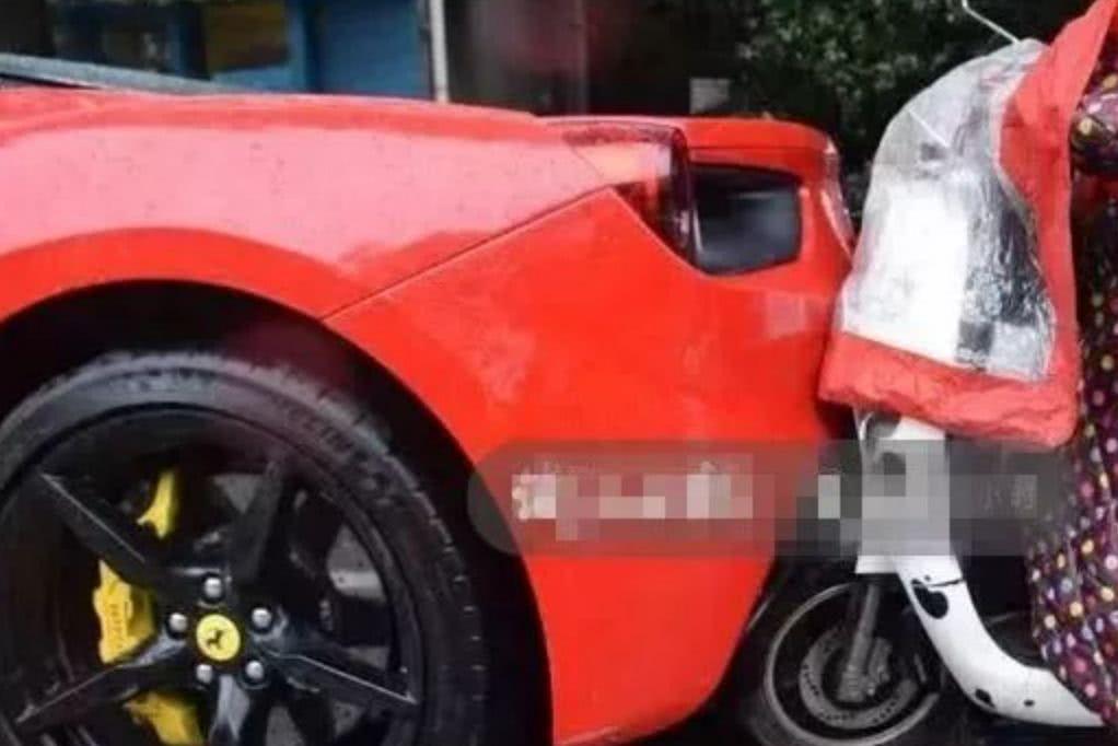 女子骑电瓶车玩手机撞400万法拉利,女子为筹15万维修费大哭