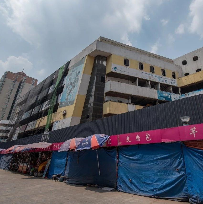 """瞬间坍塌!曾是""""河南最大""""郑州商业大厦被爆破拆除"""