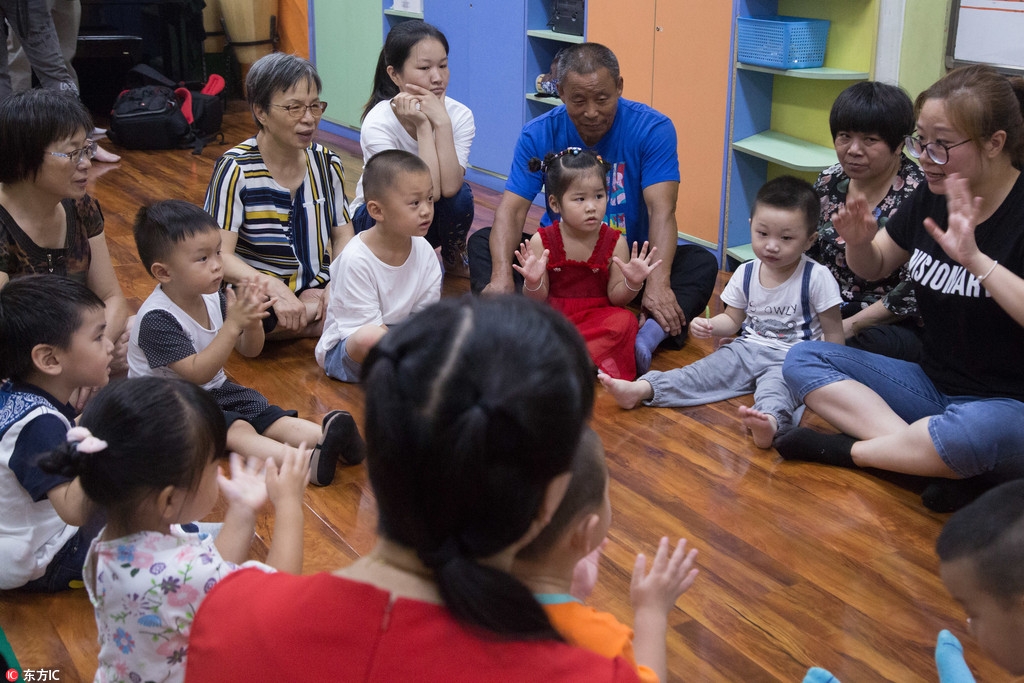 高温天陪孩子上课 暑假班现奶奶陪读团