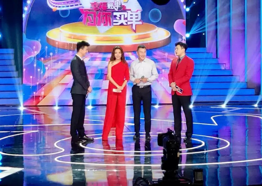 著名节目主持人朱迅,马跃主持的综艺大型互动节目《幸福账单》的录制.图片