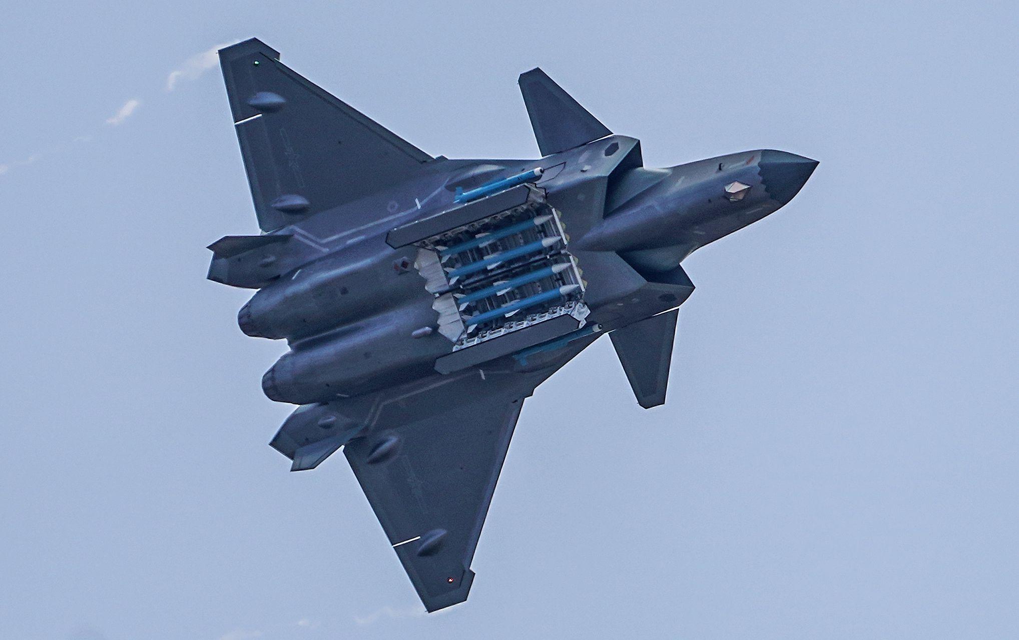 最新歼-20隐身战机超低空盘旋视频,透露出什么