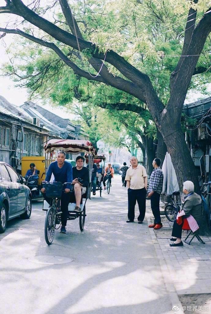 喝上一瓶老北京酸奶,坐着黄包车穿梭于胡同之中