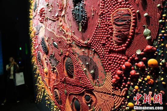 90公斤牦牛毡红珊瑚打造的《红太阳》亮相西藏当代艺术展