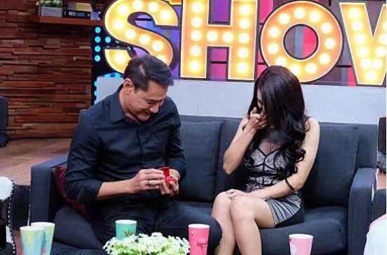 51岁泰国男演员爱上20岁女友,因被嘲像父女转而整容!