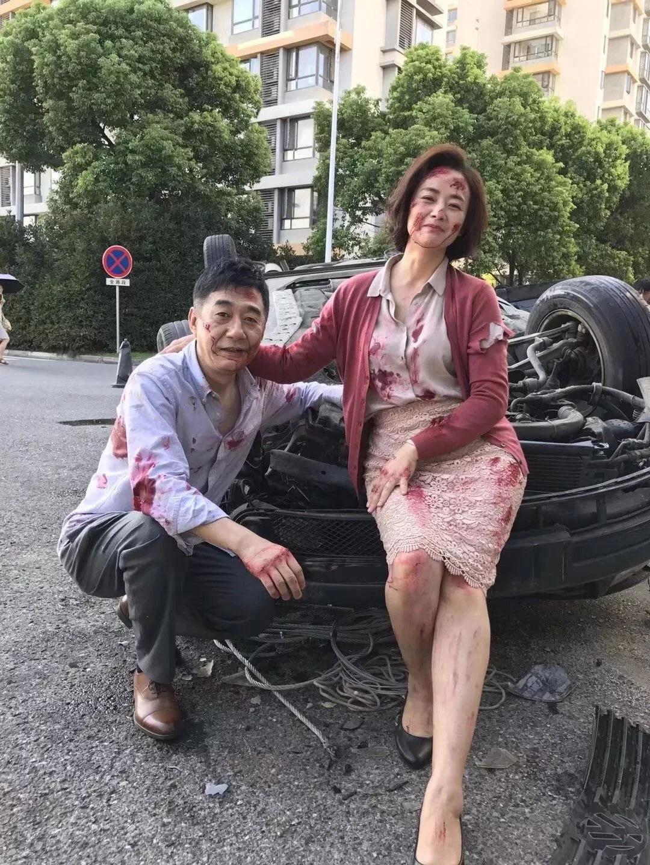 一家人突遭车祸现场拍了张全家福 网友评论炸锅了