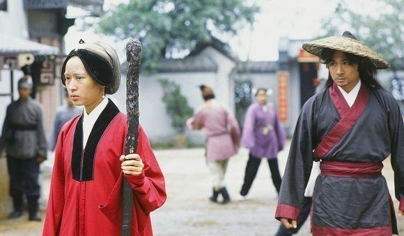 1992年开播的武侠电视剧《大地飞鹰》改编自古龙先生同名小说,由吴镇