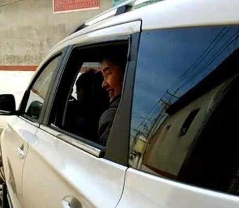 大衣哥朱之文买了新车,村民集体要求:必须给我们一人买一辆!