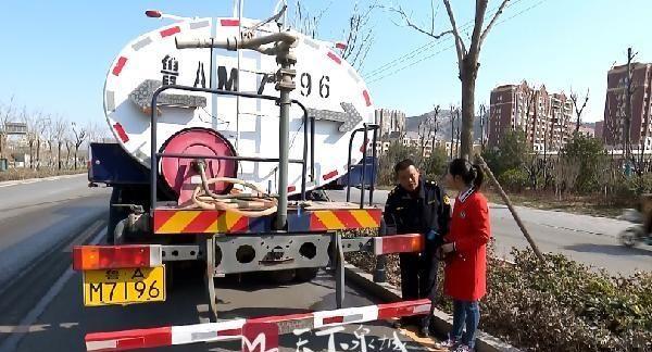 洒水车容易溅到人身上怎么办?济南城管部门有妙招