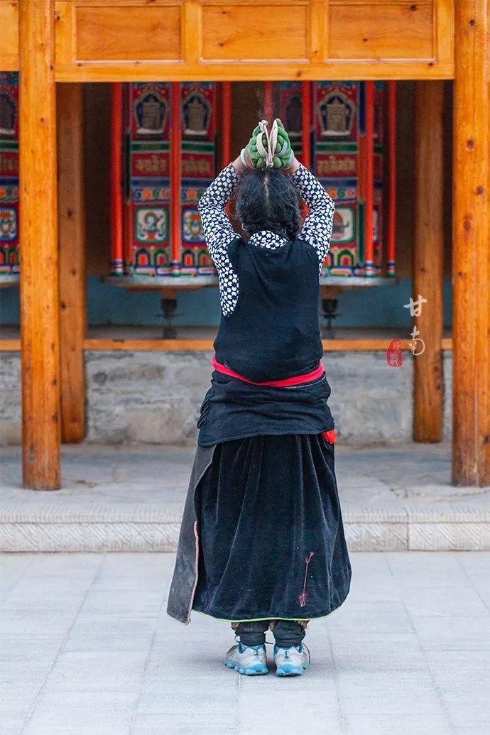 这个世界最大藏学府拥有世界最长转经长廊,居然不在西藏
