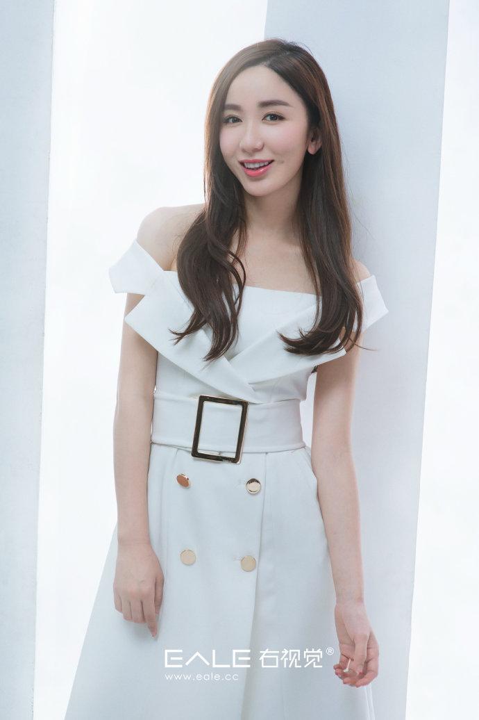 娄艺潇知性白裙写真