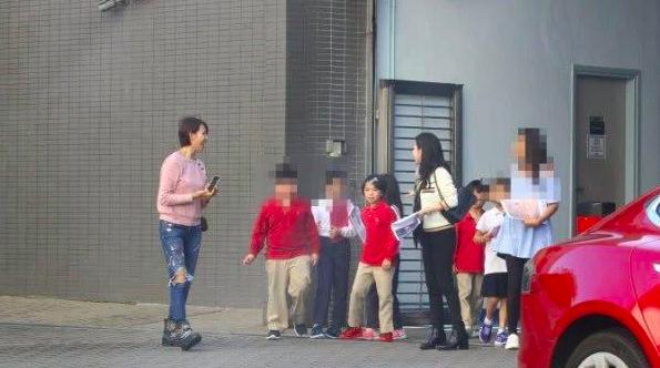 蔡少芬素颜参加7岁女儿家长会,穿的比其他家长都朴素
