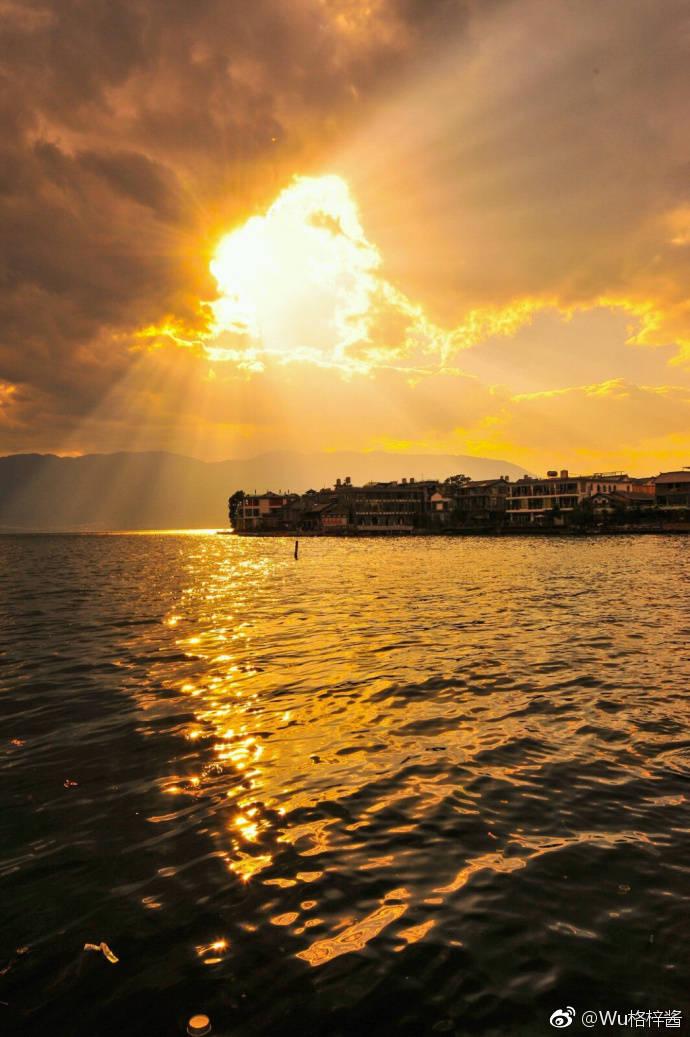 黄昏下的苍山洱海