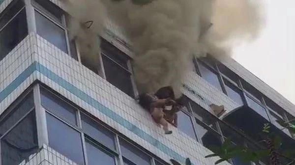 居民楼大火 女子将俩娃从5楼扔下 网友抓拍震撼一幕