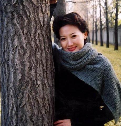 央视美女主持人梁艳,全身心投入到工作,今46岁依然单身