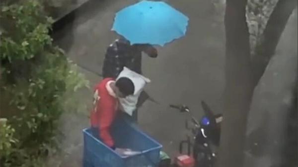 警方回应快递被偷快递员雨中暴哭 快递员一车快递几乎被偷光雨中暴哭