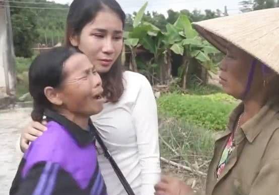 母亲拒认整容女儿,女儿落泪离开,背后原因竟让人心酸