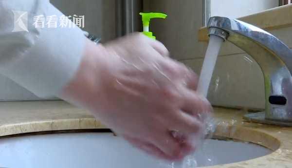 一天洗手20多次! 男子患强迫症性情大变