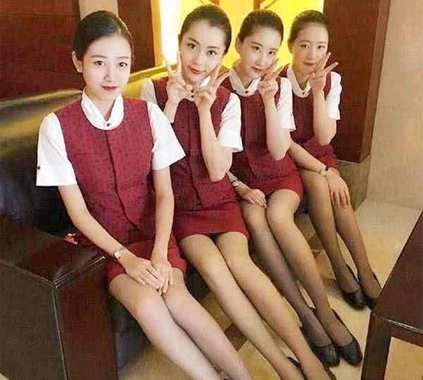 日本空姐的斜腿坐姿是什么原因?其中透着无奈