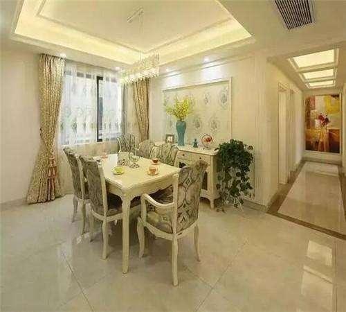餐厅欧式餐桌,石膏线加壁纸的装饰墙面和客厅保持风格统一,豪华的水晶