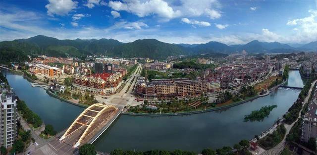 浙江丽水中部一个县,人口少,县城却较大,拥有国内最美梯田