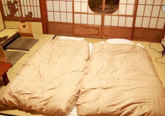 日本人睡觉都打地铺吗