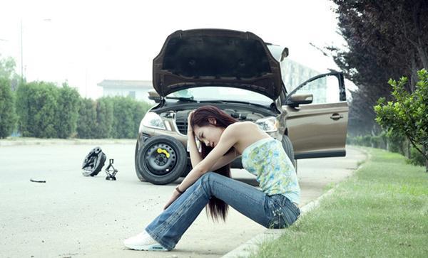 如果汽车在行驶过程中爆胎,只有做好这3步才能保命