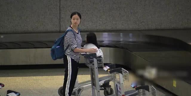 朱亚文老婆沈佳妮带俩孩子现身机场,衣着宽松