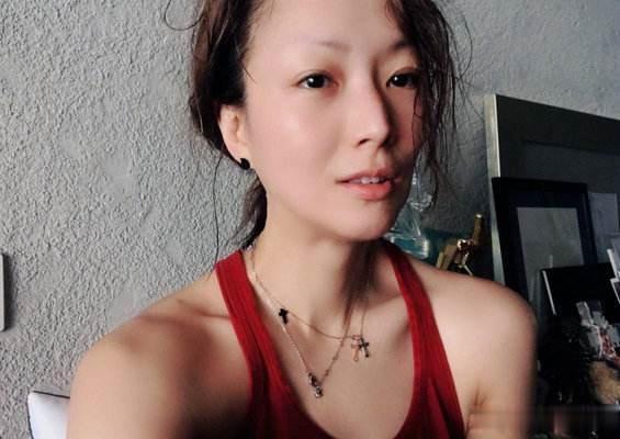 47岁郑秀文晒健身照,完美身材肌肉线条明显,难怪看不出真实年龄