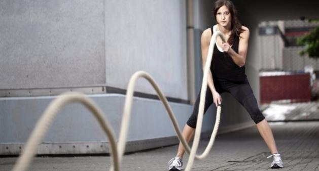 只需一根绳子就能搞定健身训练,4个动作推荐给你