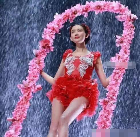春晚上林志玲和宋小宝搭档小品,节目相亲时,坦露出女神的不易图片