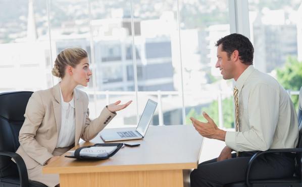 职场上如何避免同事背后下刀子,做好这3件事,你会从容得多
