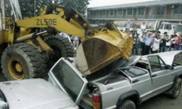 为什么车主宁愿把车丢掉,也不去车管所报废?车主:我又不傻!