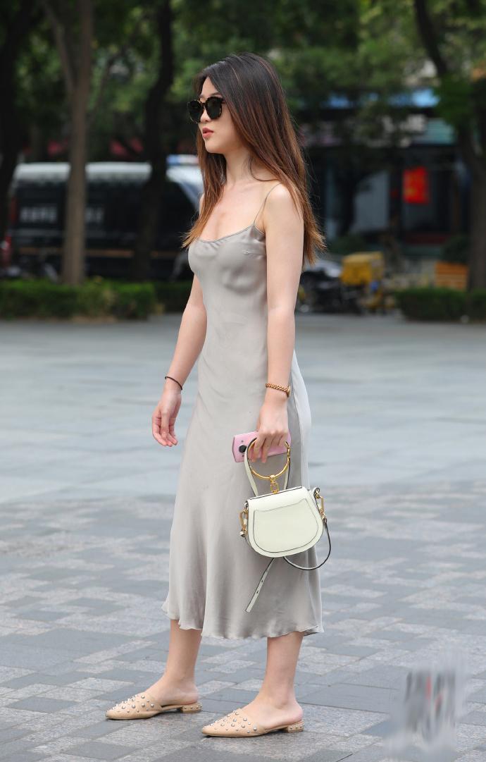 街拍美女�z(�y��9n�_街拍:美女穿的真清爽,是夏天来了吗?