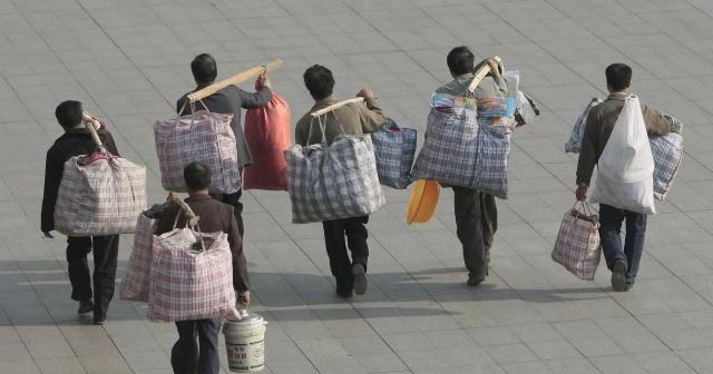 农民工春运回家为啥不用行李箱?蛇皮袋和涂料桶成了两