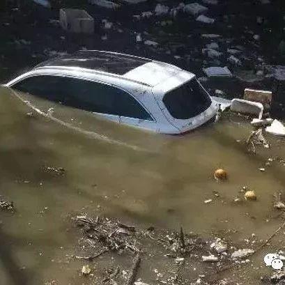 江西女司机开车冲进河中眼看就要...还好他跳下去了