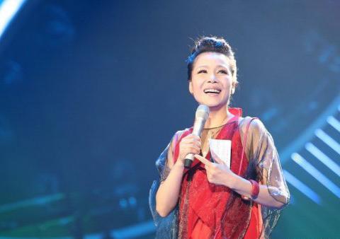 53岁田震旅游度假罕见晒自拍,无美颜滤镜她的颜值老了不少