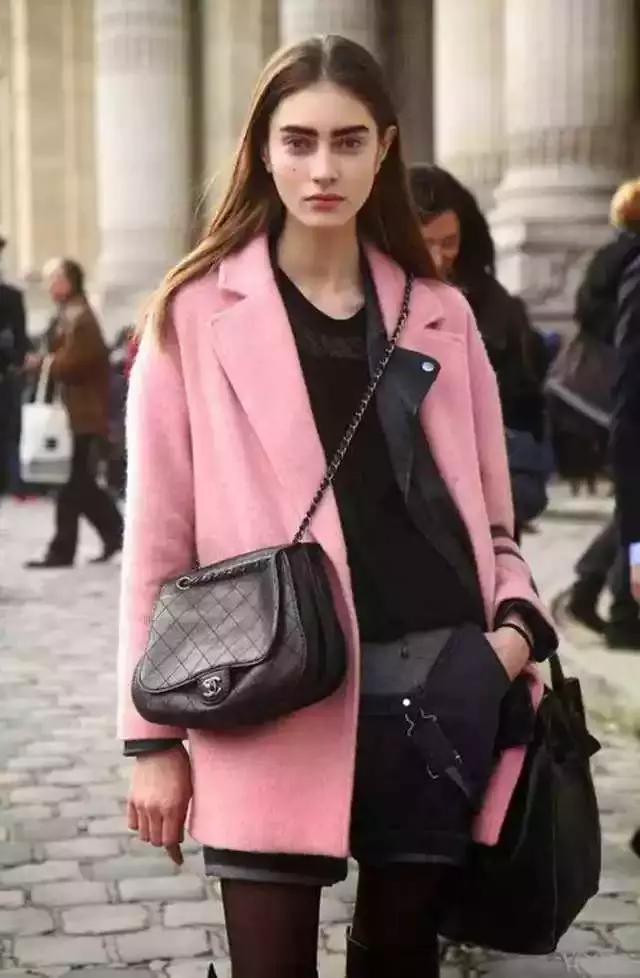 粉红色大衣如何搭配_粉色大衣里面搭配西装套装,这一身觉得有没有女boss的味道啊?