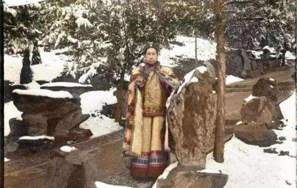 清朝的老照片:女仆怀抱小贝勒花园玩,慈溪母亲唯一照片高雅大气